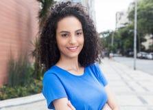 Donna caraibica sveglia con la camicia blu nella città Fotografia Stock