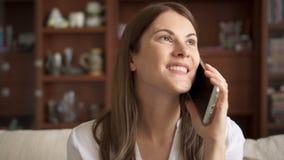 Donna a casa che parla sul telefono cellulare Bello giovane professionista femminile che ha conversazione casuale sullo Smart Pho stock footage