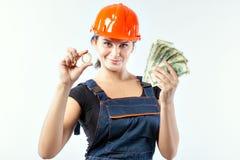 Donna in casco con le banconote e il bitcoin Immagini Stock