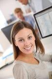 Donna castana abbastanza giovane in ufficio Fotografia Stock Libera da Diritti