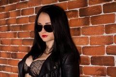 Donna castana abbastanza sexy in bomber Fotografia Stock