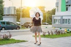 Donna castana adulta con un ombrello Stile urbano fotografie stock libere da diritti