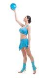 Donna castana attraente che fa gli esercizi con la palla. immagini stock