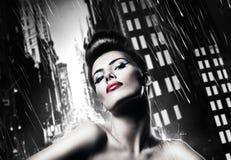 Donna castana attraente con le labbra rosse Immagini Stock Libere da Diritti