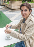 Donna castana che beve un cofee immagine stock libera da diritti
