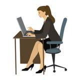 Donna castana che lavora ad un computer portatile alla tavola Fotografia Stock