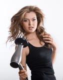 Donna castana che mette in piega capelli lunghi Immagine Stock Libera da Diritti