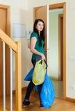 Donna castana che porta via l'immondizia Immagine Stock