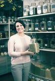 Donna castana che sceglie le erbe secche immagine stock libera da diritti