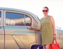 Donna castana che sta vicino alla retro automobile Fotografia Stock Libera da Diritti