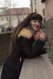 Donna castana con capelli lunghi al ponte Fotografia Stock Libera da Diritti