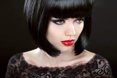 Donna castana con i capelli di scarsità neri haircut hairstyle frangia fotografia stock