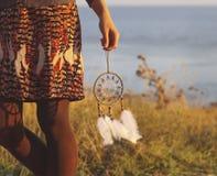 Donna castana con il collettore lungo di sogno della tenuta dei capelli Immagine Stock Libera da Diritti