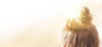 Donna castana con il nodo dei capelli immagini stock