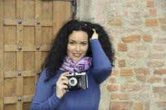 Donna castana con la raccolta della macchina fotografica della foto del film, prendente le immagini Fotografia Stock