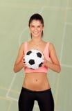 Donna castana con un pallone da calcio fotografia stock libera da diritti
