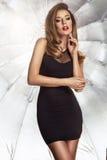 Donna castana curvy affascinante Fotografia Stock Libera da Diritti