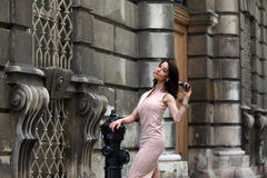 Donna castana elegante sulla via di una città europea fotografia stock libera da diritti
