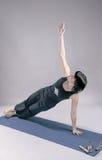 Donna castana esile che fa yoga Fotografia Stock Libera da Diritti
