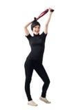 Donna castana felice emozionante che allunga scialle sopra la sua testa Immagine Stock