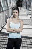 Donna castana ispanica attraente che sembra fresca e ribelle dopo l'allenamento corrente Fotografia Stock