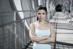 Donna castana ispanica attraente che sembra fresca e ribelle dopo l'allenamento corrente Immagine Stock Libera da Diritti