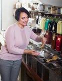 Donna castana matura che sceglie tè immagine stock