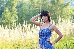 Donna castana nel campo Fotografia Stock