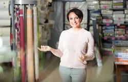 Donna castana nel negozio del tessuto immagini stock libere da diritti