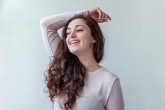 Donna castana positiva felice del ritratto di bellezza giovane su fondo bianco immagini stock libere da diritti
