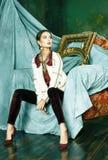 Donna castana ricca con molti gioielli, cagnaccio ispanico di bellezza fotografia stock libera da diritti