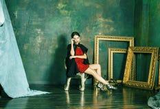Donna castana ricca con molti gioielli, cagnaccio ispanico di bellezza immagini stock