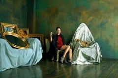 Donna castana ricca di bellezza nei telai vuoti vicini interni di lusso, fotografie stock libere da diritti