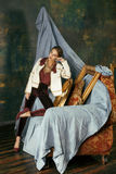 Donna castana ricca nei telai vuoti vicini interni di lusso, eleganza d'annata, alto vicino di bellezza dell'oro Fotografia Stock Libera da Diritti