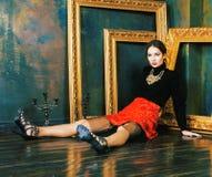 Donna castana ricca nei telai vuoti vicini interni di lusso, eleganza d'annata di bellezza immagini stock