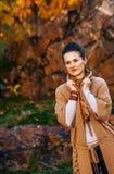 Donna castana rilassata che cammina nel bello parco di autunno di sera Fotografia Stock Libera da Diritti