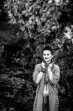 Donna castana rilassata che cammina nel bello parco di autunno di sera Immagine Stock Libera da Diritti