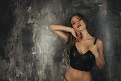 Donna castana sensuale che posa in biancheria Immagini Stock Libere da Diritti