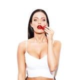 Donna castana sexy che mangia fragola immagini stock libere da diritti