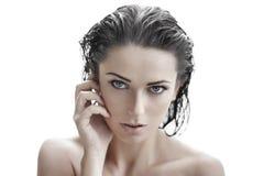 Donna castana sexy con capelli bagnati Fotografia Stock Libera da Diritti