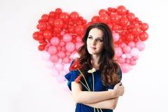 Donna castana sexy con i palloni ed i fiori rossi del cuore Fotografie Stock Libere da Diritti
