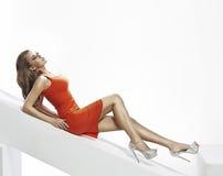 Donna castana splendida nella posa sensuale Fotografia Stock