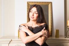Donna castana splendida in un interno classico lussuoso Bellezza, modo fotografia stock