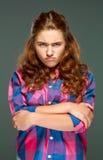 Donna castana triste del ritratto giovane con capelli ondulati Fotografia Stock
