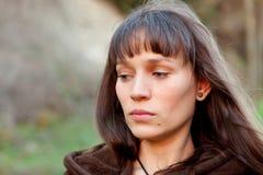 Donna castana triste nel parco Immagini Stock