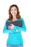 Donna casuale attraente che tiene un libro aperto. Immagine Stock Libera da Diritti