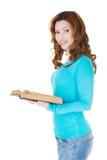 Donna casuale attraente con il libro aperto. Immagine Stock