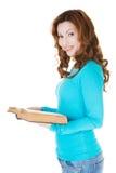 Donna casuale attraente con il libro aperto. Fotografia Stock
