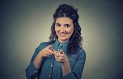 Donna casuale che indica le dita voi gesto della macchina fotografica Immagine Stock