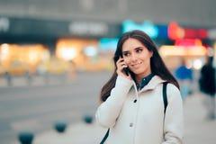Donna casuale che parla sul telefono che cammina sulla via Fotografia Stock